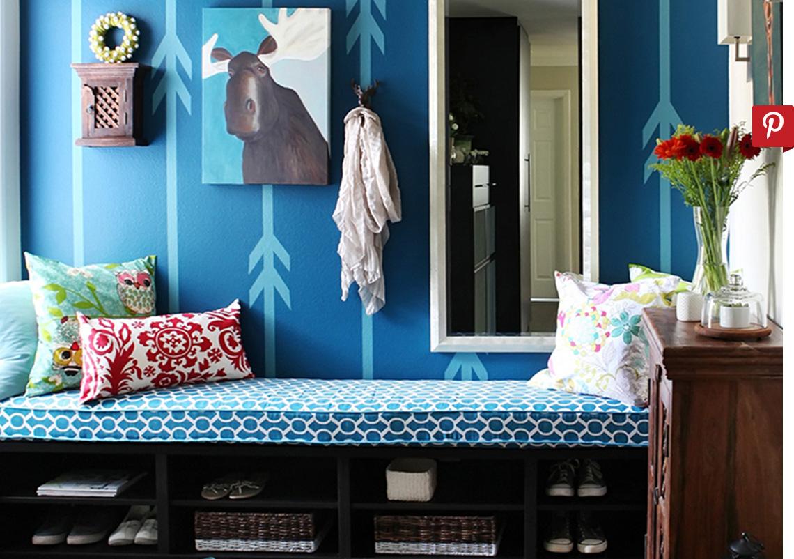 Moderno espacio de recibidor azul