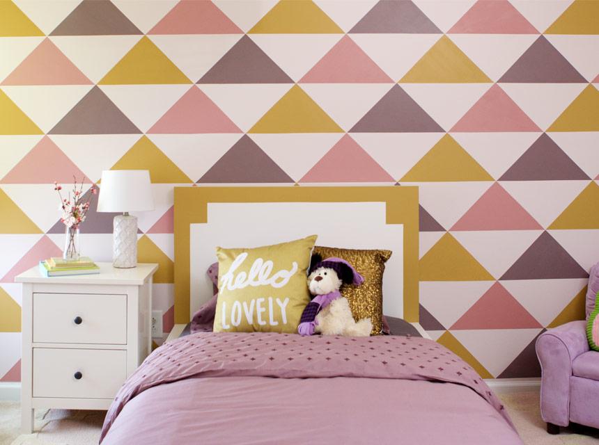 Pared decorada con patrón de diamante en la habitación de una niña