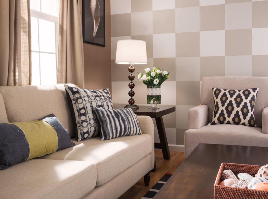 Sala de estar con pared decorada a cuadros