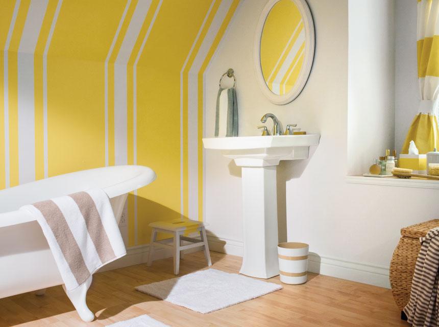 Baño con rayas amarillas y blancas